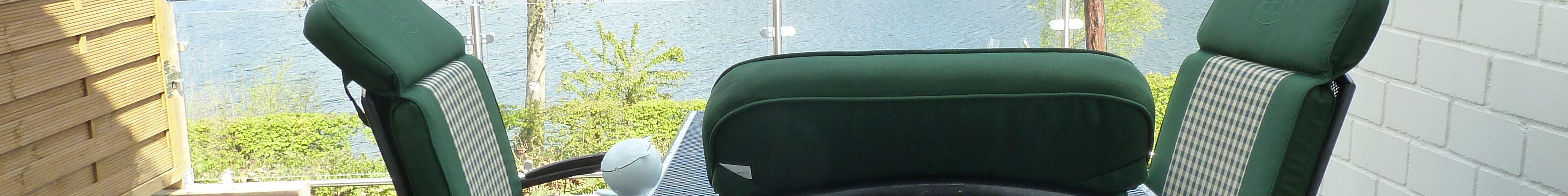 Auf hochwertiger Bestuhlung mit Polstern können Sie direkten Seeblick genießen